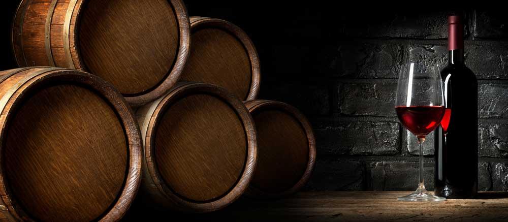 Weinfässer Weinglas und Weinflasche